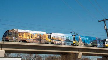 tren-recorre-ciudad-de-dallas-texas-en-estados-unidos-con-imagen-de-guatemala