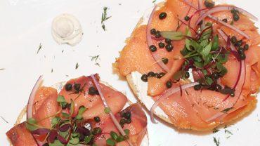hectors-bistro-desayunos-baguel-de-salmon